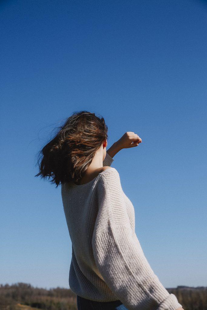 Frau tanzt in der Sonne