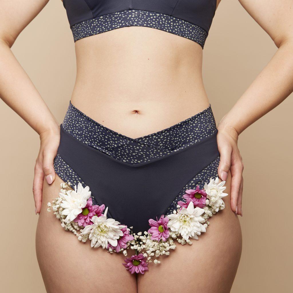 nachhaltiges blaues Bikiniunterteil mit eingesteckten Blumen